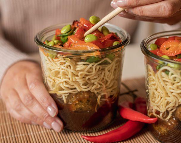 Bocal de boulettes de viande caramélisées et noodles