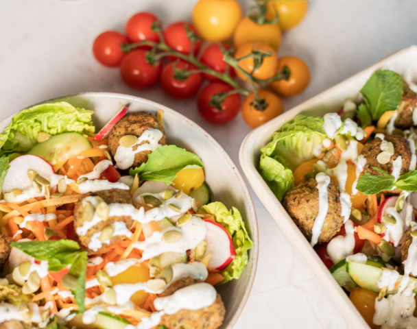 Moyenne salade falafels, houmous, légumes croquants