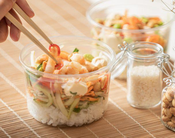 Moyenne salade de crevettes, papaye verte, riz vinaigré