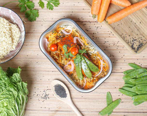 Saumon laqué à la japonaise, nouilles et légumes au wok